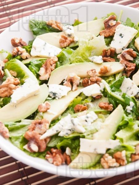 Зелена салата с рукола, орехи и авокадо - снимка на рецептата